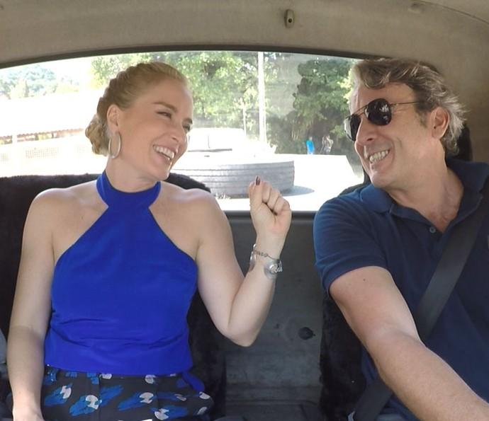 Angélica se diverte com Alexandre na boleia do caminhão (Foto: TV Globo)