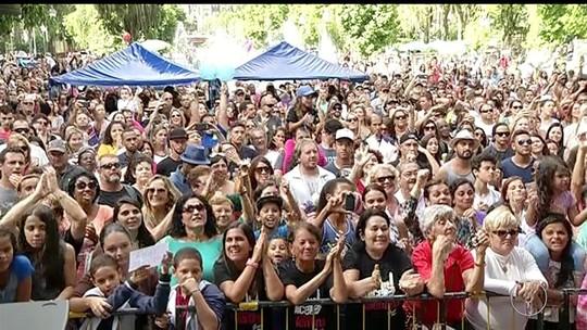 Torcida de Valentina Francisco lota praça em Petrópolis na final do The Voice Kids