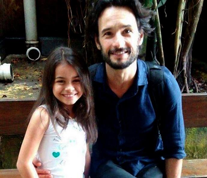Isabella Aguiar posa ao lado de Rodrigo Santoro. Na novela, eles serão pai e filha (Foto: Arquivo Pessoal)