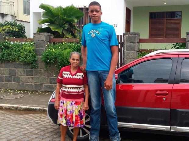 Rodrigo, que tem 17 anos e 2,18 metros de altura, mora com a avó (Foto: Giro Ipiaú)