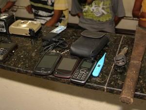 Produtos roubados e facão usado para ameaçar vítimas em São Carlos (Foto: Maurício Duch)