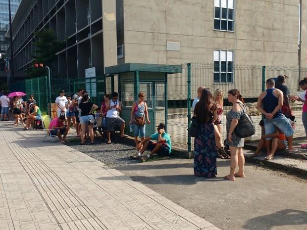 Eleitores começam a sentar no meio fio, enquanto esperam para biometria (Foto: Mateus Castro/RBS TV)