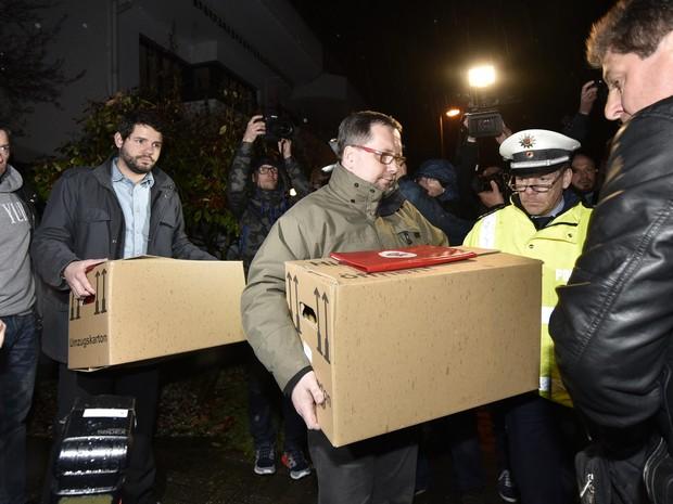 Investigadores carregam caixas do apartamento do copiloto da Germanwings Andreas Lubitz, em Duesseldorf, na Alemanha (Foto: Martin Meissner/AP)