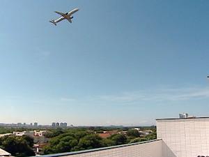 Avião passa bem próximo do prédio construído em Bairro República, em Vitória (Foto: Reprodução/TV Gazeta)