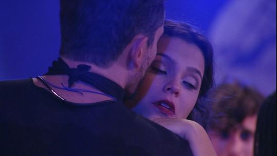 Marcos consola Emilly na pista de dança da festa Ossos