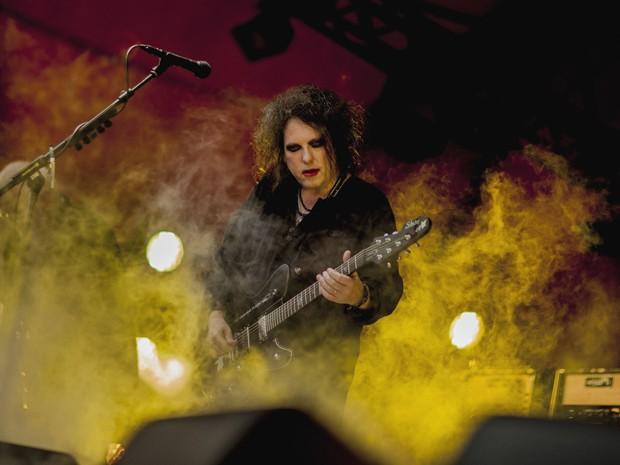 Robert Smith, guitarrista e vocalista do The Cure, se apresenta no festival Roskilde, na Dinamarca, nesta quinta-feira (5); evento reuniu 90 mil pessoas (Foto: Anthon Unger/Polfoto/AP)