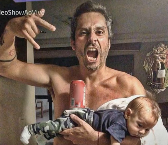 Alexandre Nero faz graça ao posar com o filho no colo (Foto: Vídeo Show / TV Globo)
