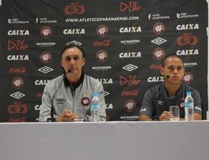 Miguel Ángel Portugal é obrigado a dar entrevista em evento padrão Fifa (Foto: Diego Guichard)