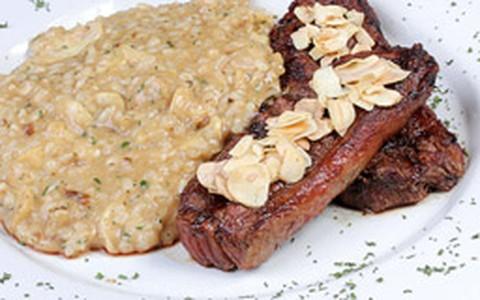Picanha com crosta de alho e risoto piamontese