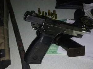 Arma usada pelos irmãos em tentativa de assalto a supermercado em Canindé  (Foto: C4 Notícias)