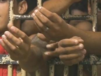 Presos da carceragem da Polícia Civil em Foz do Iguaçu começam a ser transferidos para a cadeia pública (Foto: Reprodução / RPC TV)