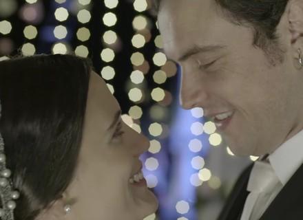 Clara e Gael se casam em barco e o noivo causa confusão