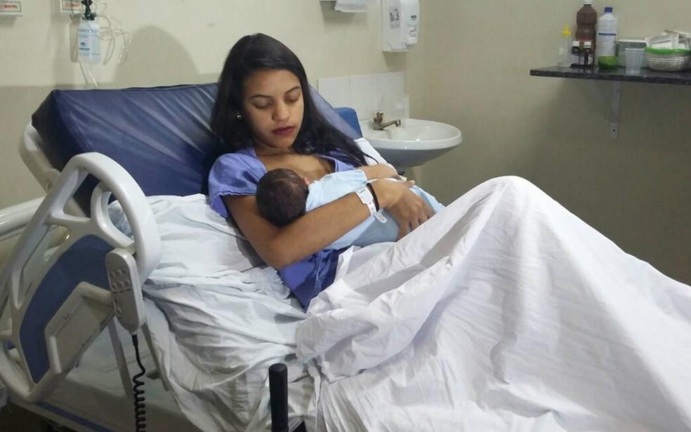 Caroline Novaes com o filho Heitor, o primeiro bebê a nascer em 2017 no DF (Foto: Pedro Borges/G1)