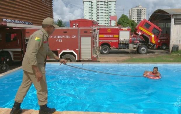 Major Cláudio Falcão mostrou o procedimento de salvamento e disse que só se deve entrar na água em último caso (Foto: Bom Dia Amazônia)