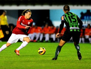 Diego Forlán contra o América-MG (Foto: Alexandre Lops / Inter, DVG)