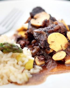 Boeuf bourguignon com risoto de aspargos (Foto: Rogério Voltan/Casa e Comida)