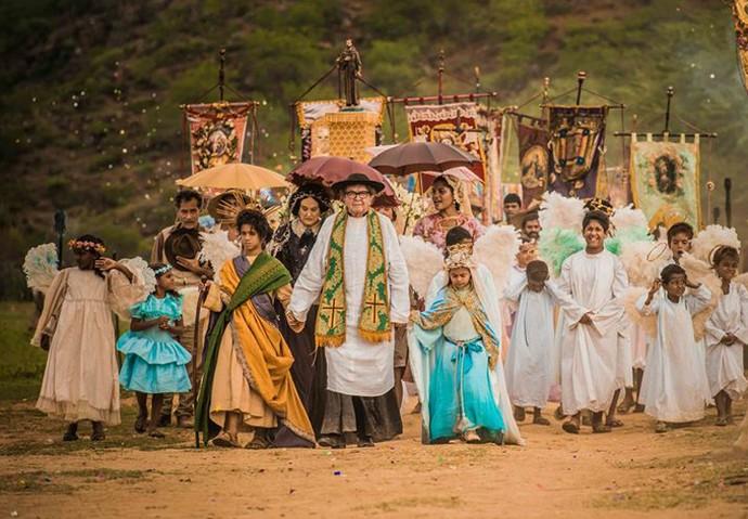 Tereza representa Nossa Senhora e Santo interpreta São José em procissão (Foto: Caiuá Franco/ Globo)