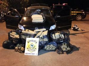 Droga estava em carro com placa de Goiânia (Foto: Polícia Rodoviária Federal de Gurupi/Divulgação)