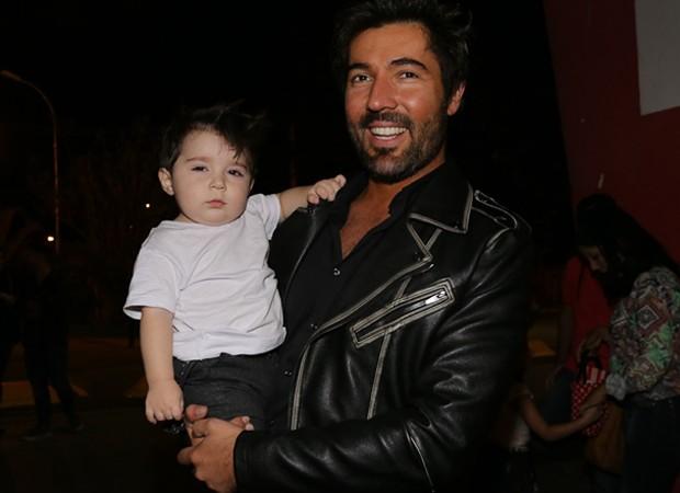 Sandro Pedroso e o filho, Noah, de 1 ano (Foto: Cláudio Augusto/Brazil News)
