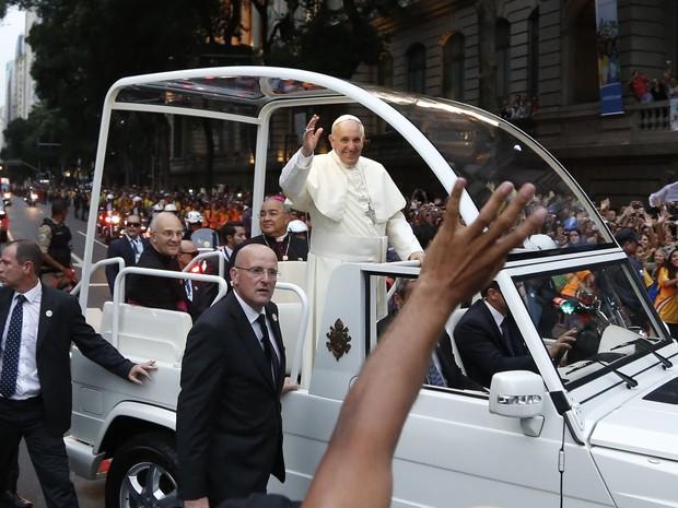 Papa acena para os fiéis do papamóvel (Foto: Victor R. Caivano/AP)