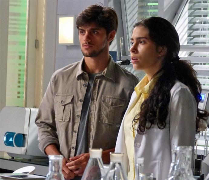Jonatas e Débora flagram casal (Foto: TV Globo)