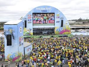 Milhares de pessoas foram ao local, sendo que a maioria para torcer pelo Brasil (Foto: Stephanie Freitas/ G1)