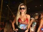 Mirella Santos vai com decotão a feijoada no Rio
