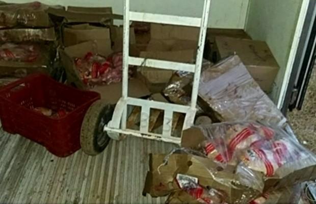 Cerca de 400 kg de carne foram encontrados em um caminhão, em Goiás (Foto: Reprodução / TV Anhanguera)