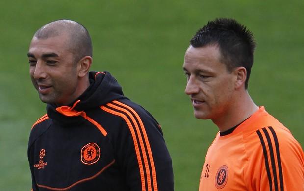 Di Matteo e Terry conversam no treino do Chelsea (Foto: Reuters)