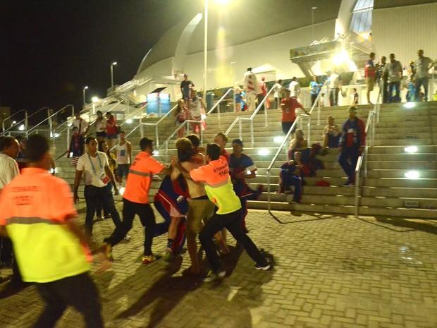 Torcedores americanos brigam após jogo no Arena das Dunas, em Natal (Foto: Jose Aldenir)