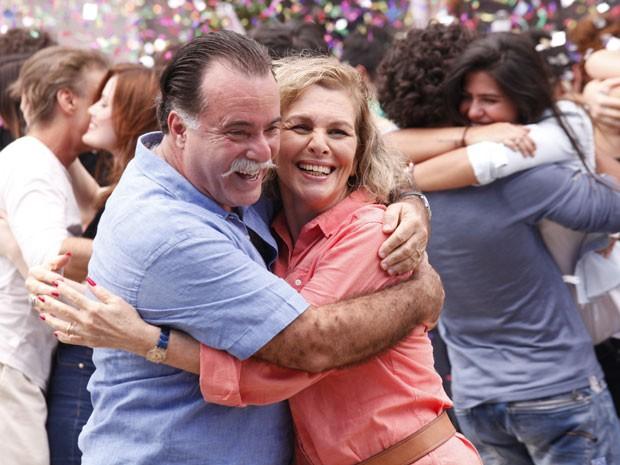 O melhor de tudo é quando a briga acaba com um lindo abraço. Será que Charlô e Otávio também acabarão assim? (Foto: Guerra dos Sexos/ TV Globo)