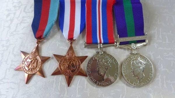 As quatro medalhas desaparecidas pelas quais Hugh Grant fez uma oferta de recompensa (Foto: Twitter)