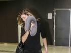 Gisele Bündchen tapa o rosto ao desembarcar em São Paulo