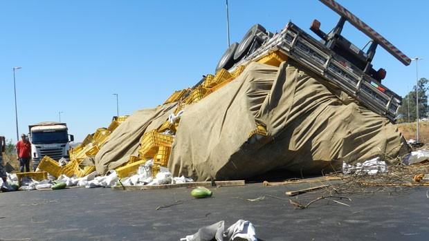 Caminhão tombou e espalhou carga de mamão na pista (Foto: Felipe Santos/G1)