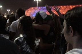 Thiago Rodrigues e Marien trocam beijão (Foto: Isac Luz/EGO)