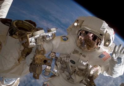Astronauta Clay Anderson fora da Estação Espacial Internacional. Pesquisadores estudam os efeitos da radiação do espaço no homem (Foto: AP/Nasa)