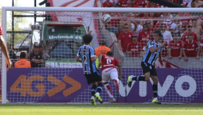 Anderson perde chance de marcar no Gre-Nal (Foto: Diego Guichard)