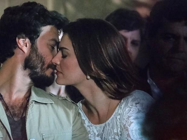 Elisa e Rodrigo se beijam e Clara vê sombra negra em volta dos dois (Foto: Divulgação/TV Globo)