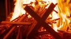 Padre queima cruz em ato de perdão em MG (Reprodução EPTV / Tarcísio Silva)