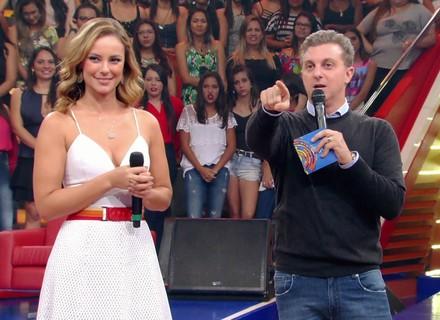 Paolla Oliveira arrasa com vestido branco no 'Caldeirão' e recebe chuva de elogios na web