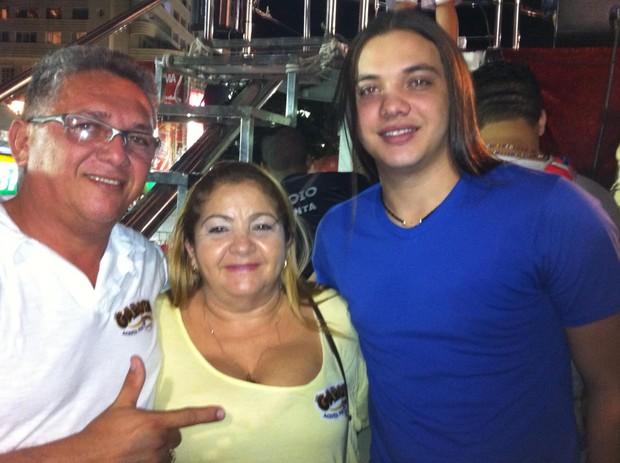Wesley Safadão entre sua mãe Maria Valmira Silva de Oliveira, a Dona Bill, e seu pai Wellington Nonato da Silva (Foto: Reprodução)