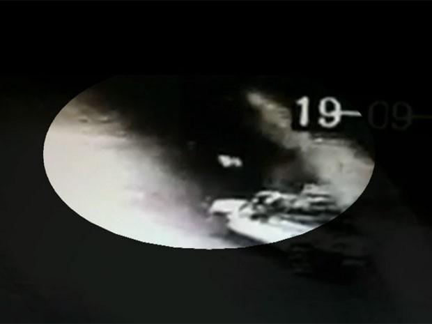 Imagens mostram os tiros dados contra o grupo de jovens em Carapicuíba (Foto: TV Globo/Reprodução)