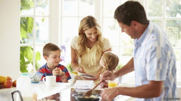 Envolvimento maior do pai na criação e cuidados gera filhos mais felizes e pais mais saudáveis, diz estudo  (Foto: Thinkstock/BBC)