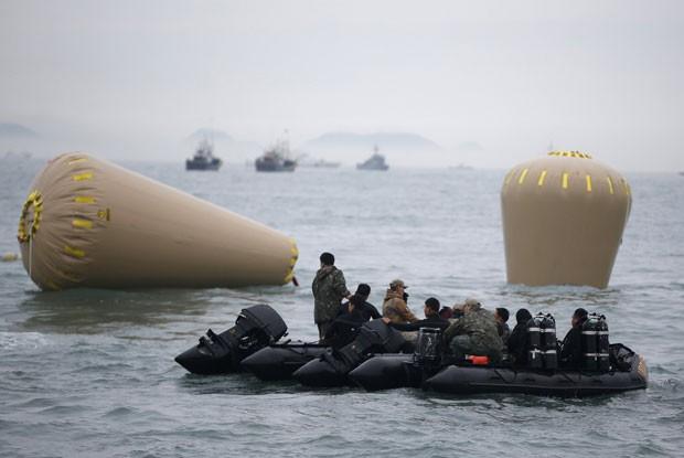 Boias gigantes marcam o local onde a balsa naufragou, perto de Jindo, na Coreia do Sul (Foto: Kim Hong-ji/Reuters)