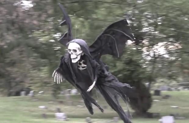 Esqueleto controlado por controle remoto 'aterrorizou' vítimas durante seus voos (Foto: Reprodução/YouTube/MabeInAmerica)