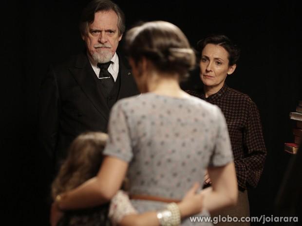 Ernest chega com a assistente social e diz que Amélia vai perder a guarda da filha (Foto: Fábio Rocha/TV Globo)