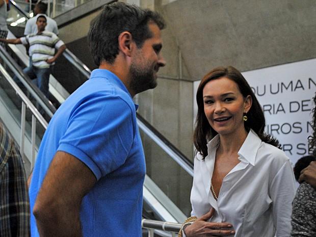 Julia conversa com o diretor geral da trama, Leonardo Nogueira (Foto: Em Família/TV Globo)