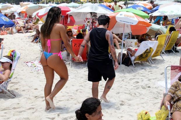 Thammy Miranda e namorada, Andressa Ferreira na praia (Foto: Johnson Parraguez / FotoRioNews)