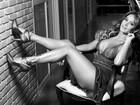 Lucilene Caetano mostra pernões em ensaio para revista de moda