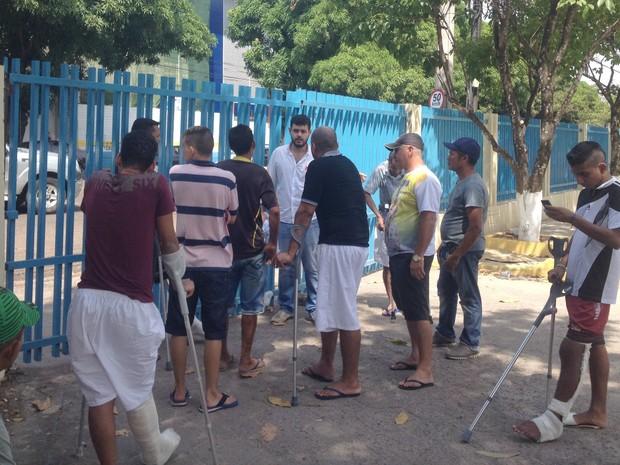 Protesto fechou o portão do HCAL, em Macapá (Foto: Abinoan Santiago/G1)